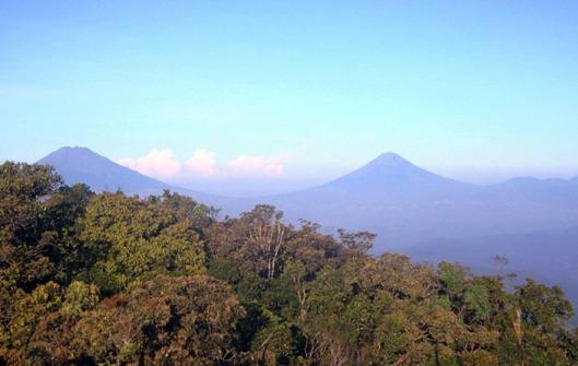 Gunung Sumbing dan gunung Sindoro dari puncak gunung Ungaran