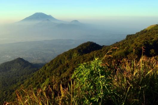 Deretan gunung Telomoyo, gunung Andong, gunung Merbabu, dan gunung Merapi