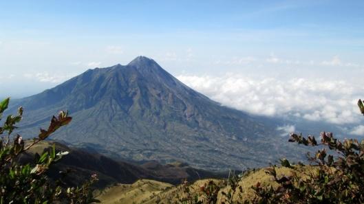 Gunung Merapi dilihat dari Puncak Gunung Merbabu