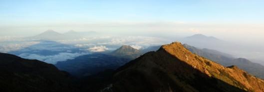 Gunung Sumbing, Gunung Sindoro, Gunung Andong, dan Gunung Ungaran dilihat dari Merbabu