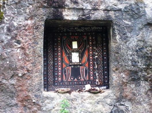 Motif ukiran di pintu kuburan batu