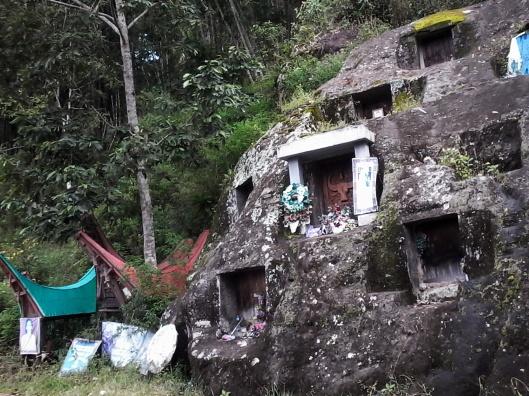 Kuburan batu di pinggir jalan Batutumonga