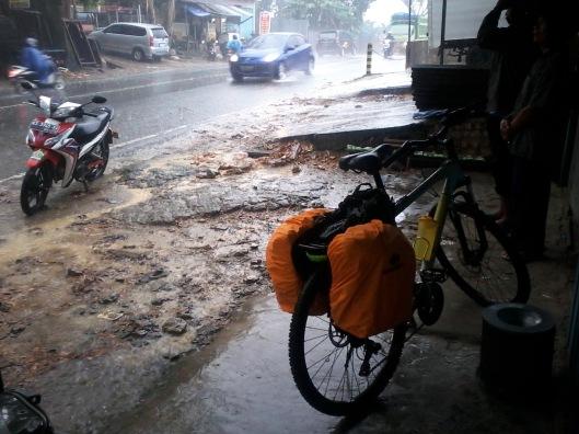 Berteduh dari hujan di km 8